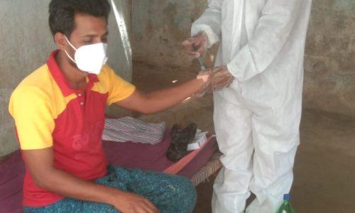 Man ontvangt hulp in India